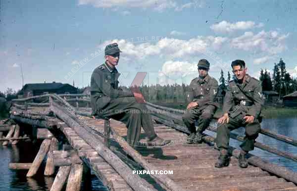 German mountain troops Gebirgsjaeger summer 1944 Finland, river bridge, pipe, smoking.